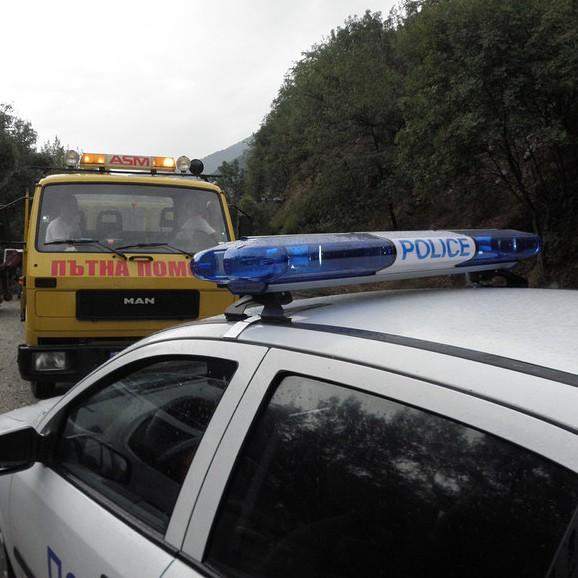 Мъж се вряза с кола в училищна ограда и загина