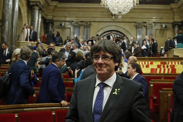 Пред стотици съмишленици, събрали се в сградата на каталунското законодателно