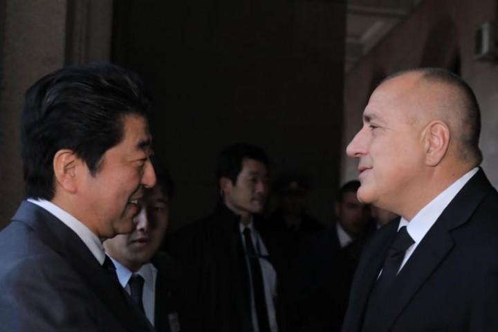 Почетен гвардейски шпалир посрещна японския премиер Шиндзо Абе в София.