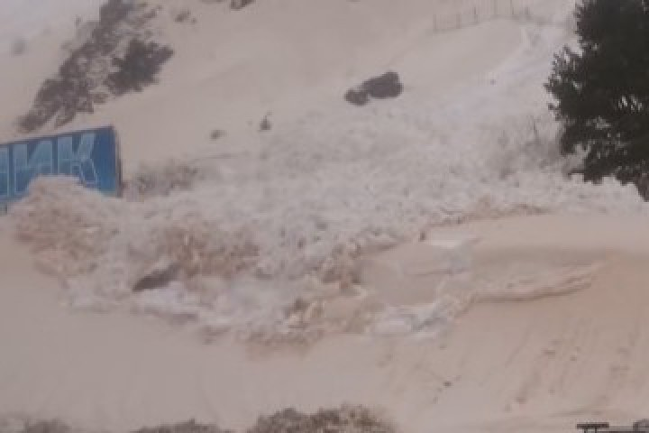 Кадрите от свличането на снежните маси са заснети от туристи